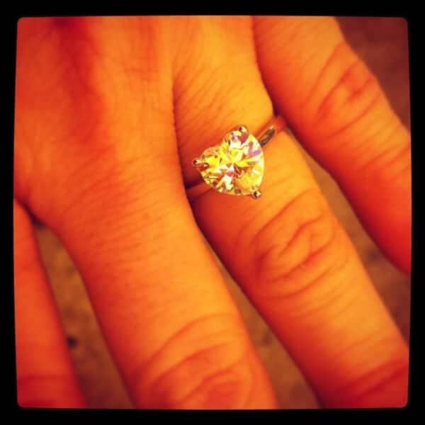dedo anillo de compromiso