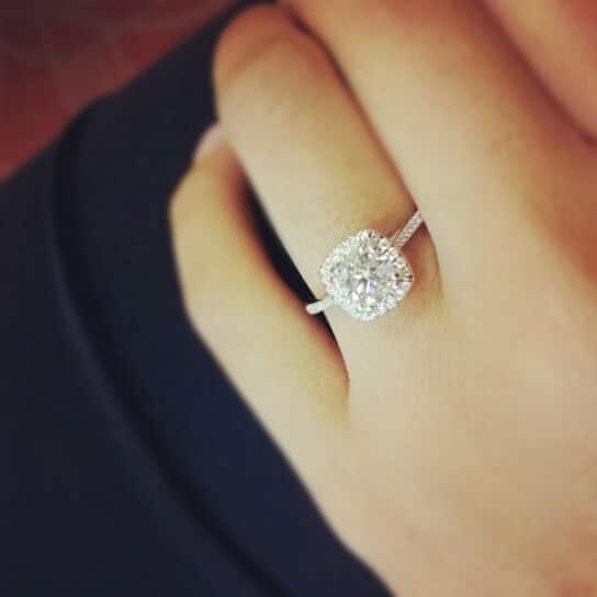 mano y anillo