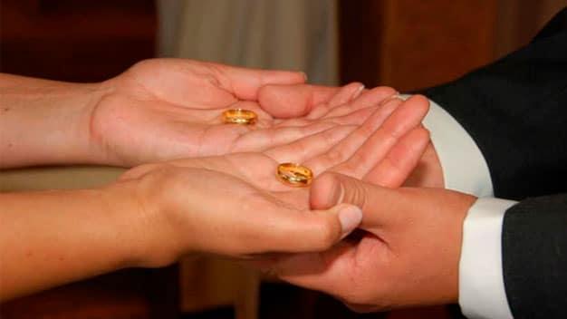 en que mano va el anillo de compromiso